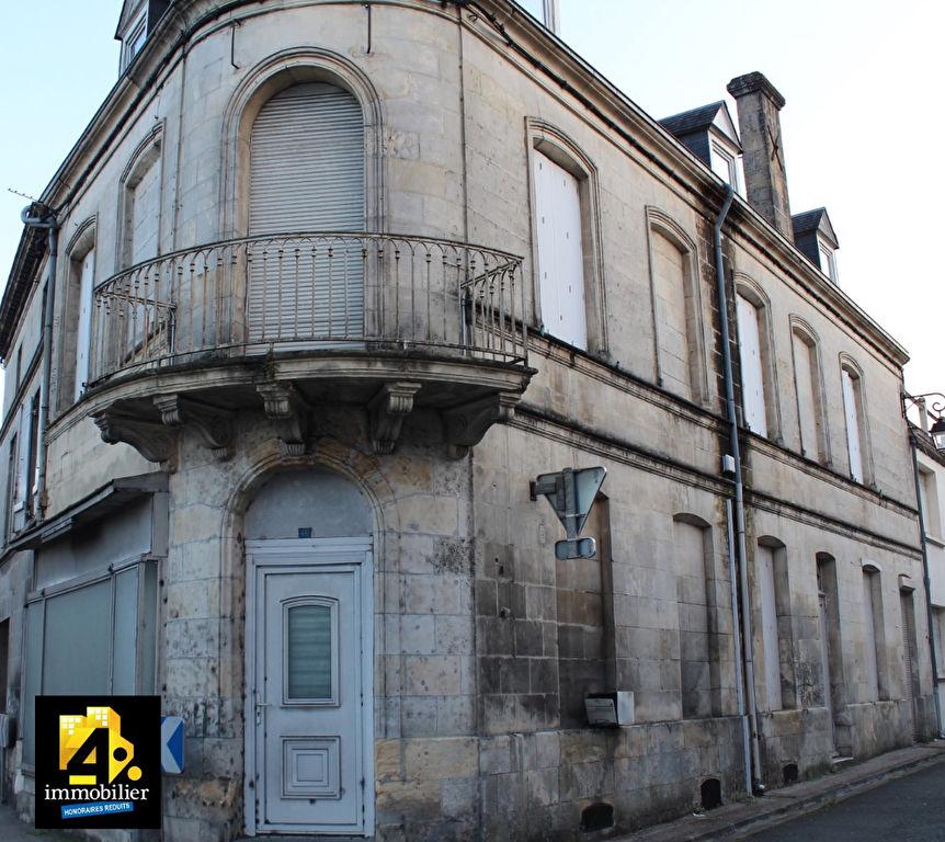 A vendre grande maison de ville à rénover avec de beaux volumes à Saint Genis De Saintonge 8 pièce(s)