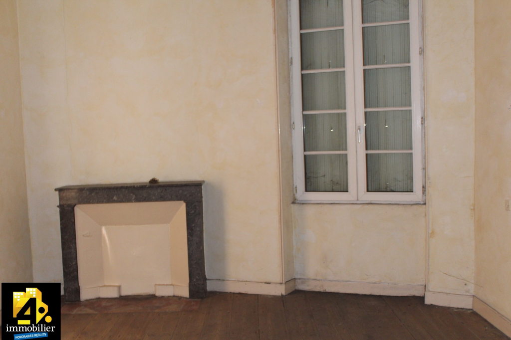 A vendre grande maison de ville à rénover avec de beaux volumes à Saint Genis De Saintonge
