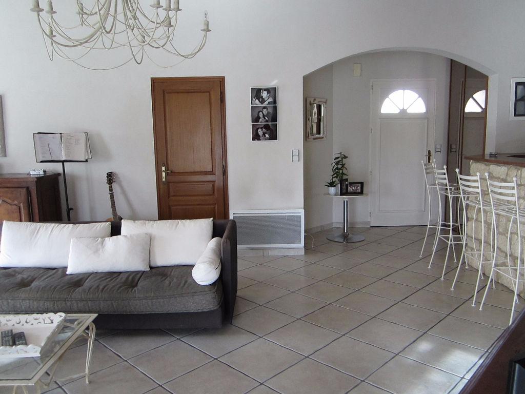 A vendre belle maison de 5 chambres avec piscine à 15 minutes du centre de la Rochelle