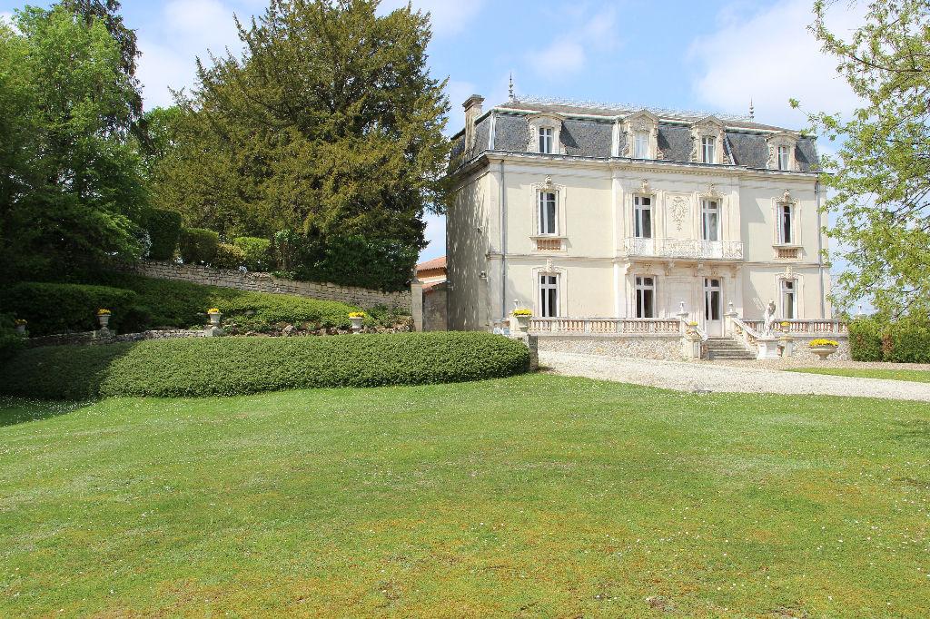 Angoulême Ruffec Maison de maître 11 pièces 290 m2 et 170 m2 de dépendances