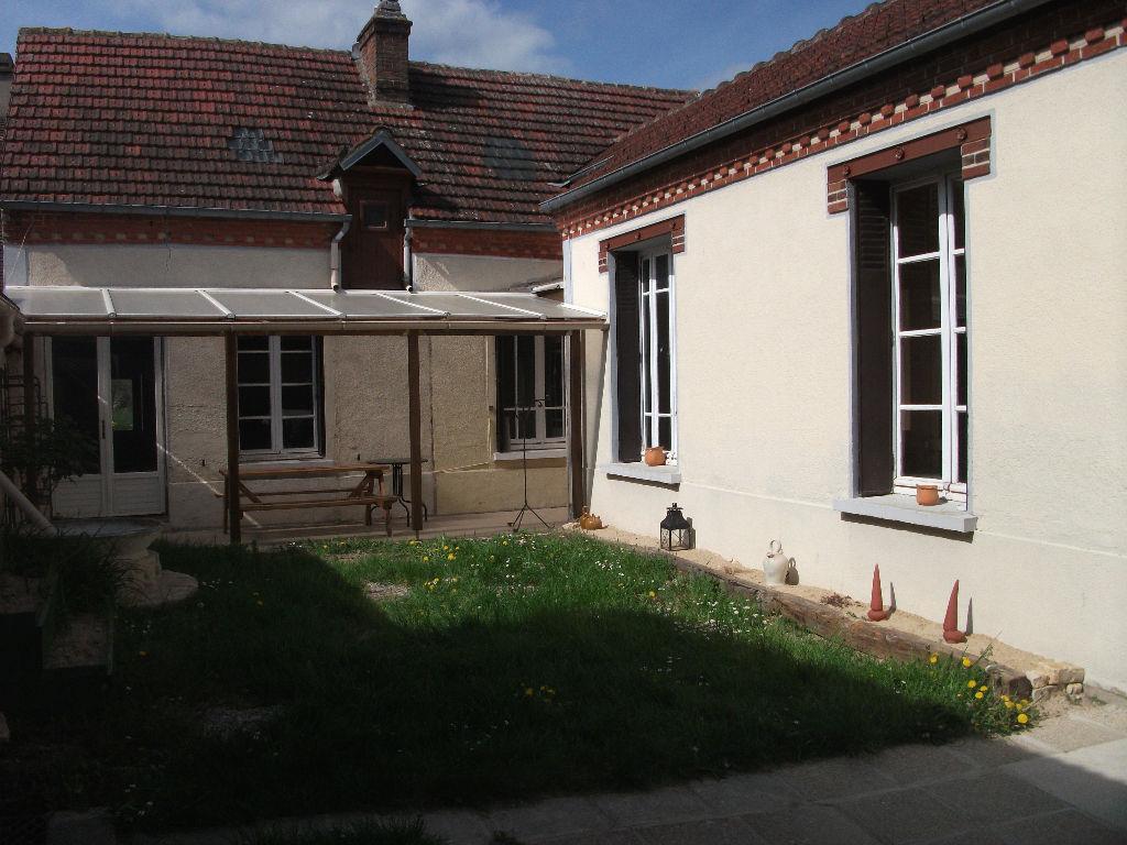 Centre ville d'Ezy sur Eure, maison ancienne avec beaucoup de potentiel