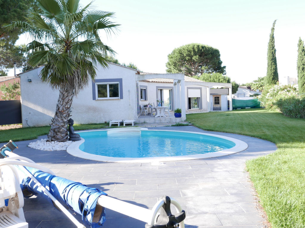 Agde close to the sea, single storey villa T4 with garage and swimming pool on 1045 m2 of garden.
