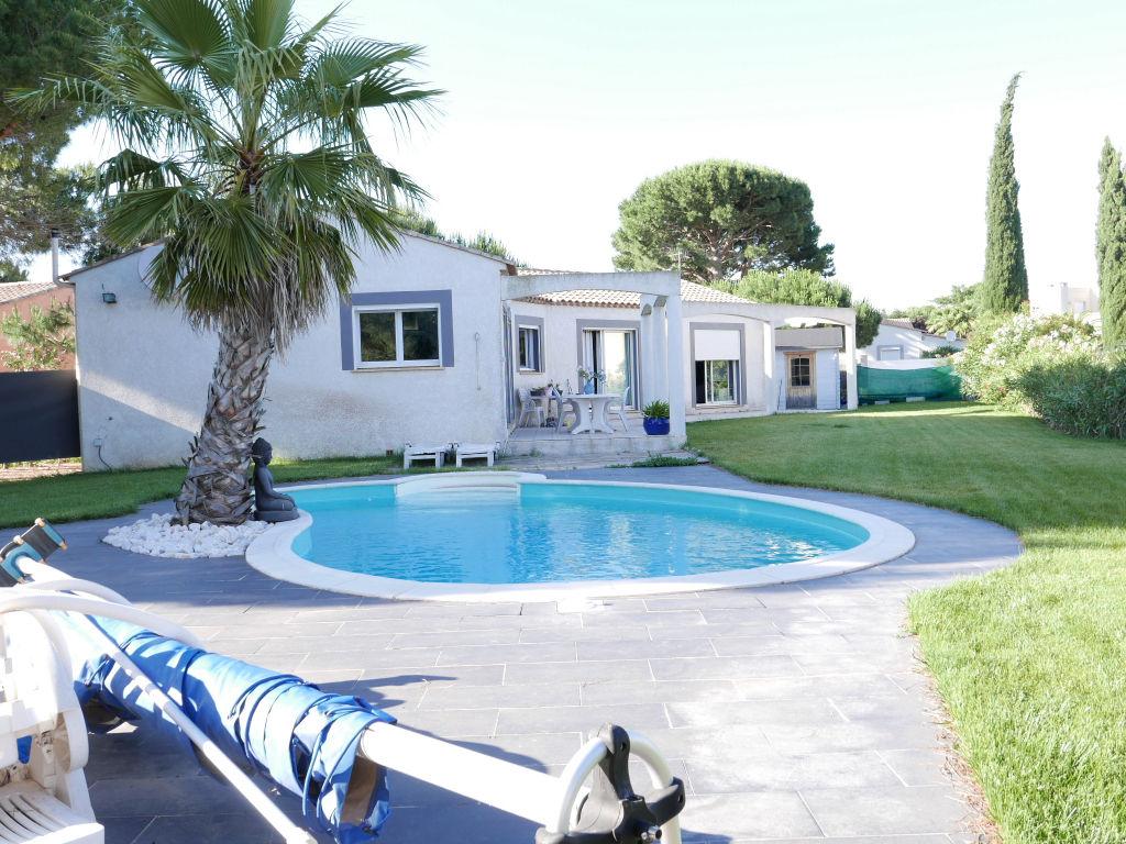 Agde proche de la mer, villa de plain pied T4 avec garage et piscine sur 1045 m2 de jardin arboré.