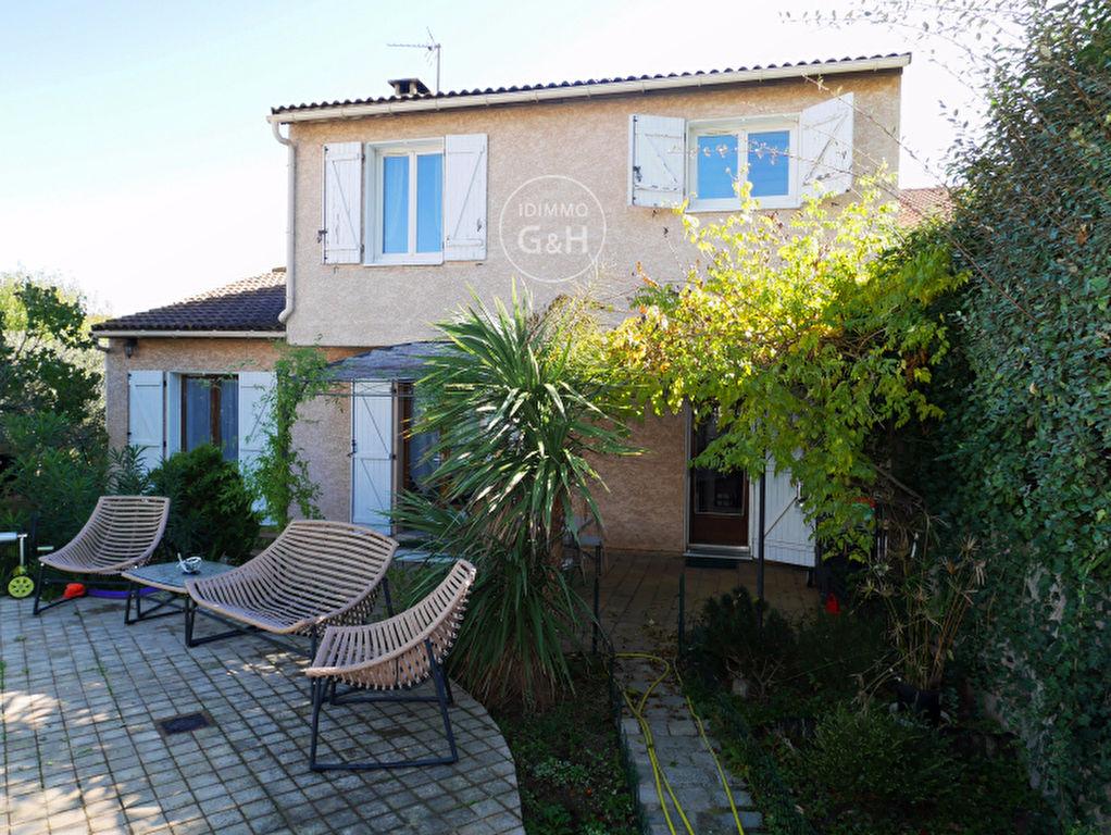 Villa T 4 de 127 m² sur terrain de 420 m² avec jardin et piscine dans quartier résidentiel.