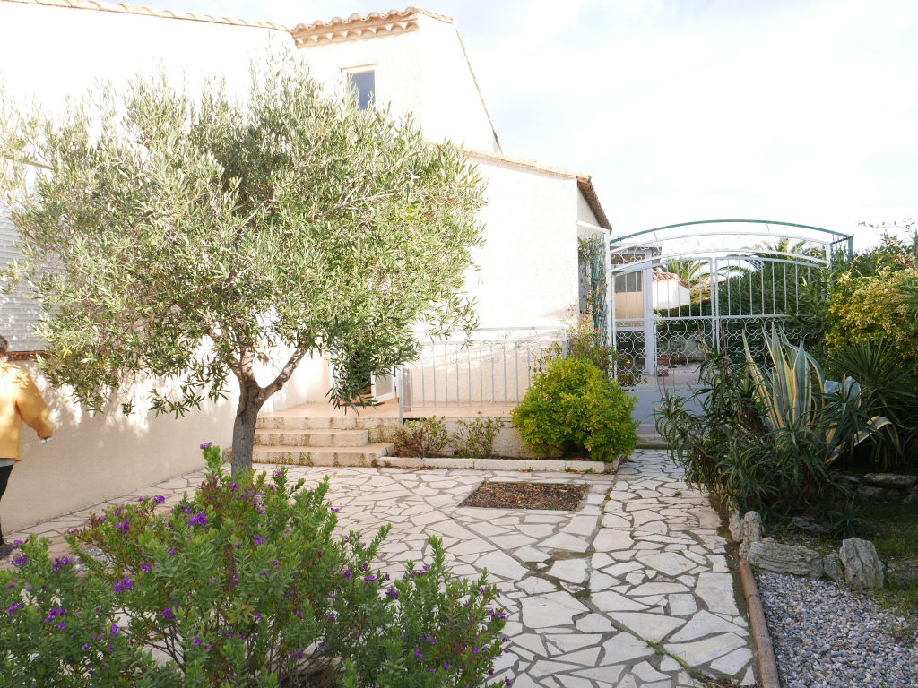 Beautiful villa of quality with T6 garge well located in a quiet residential area, close to shops, schools, sea on a wooded and closed garden of 480 m2