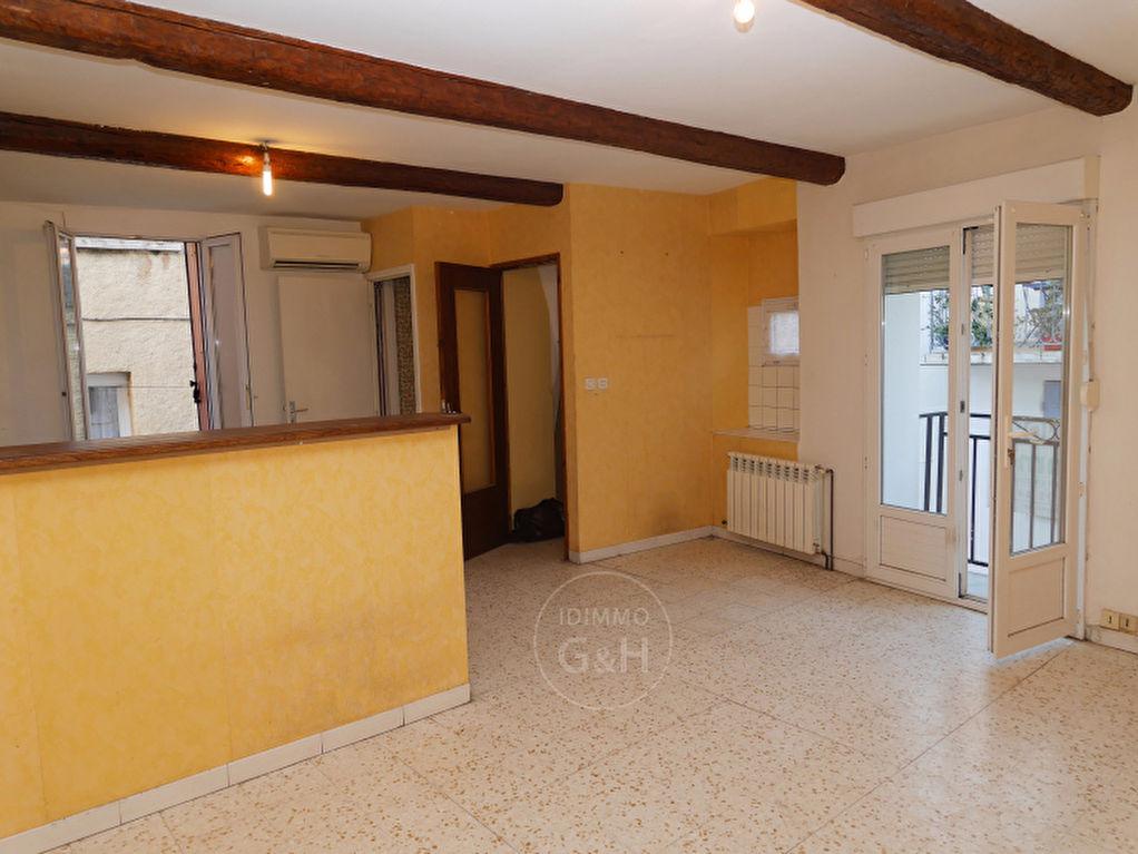 Maison de village 2 faces avec petite terrasse, lumineuse et au calme.