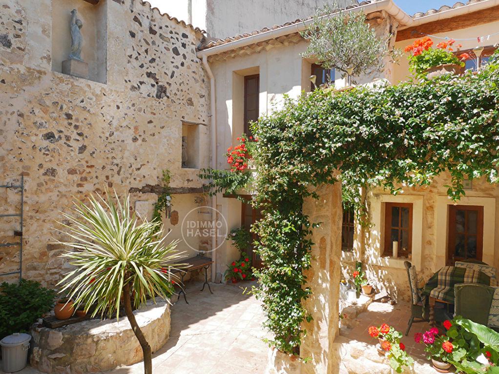 Rare, maison de village avec charme et caractère, env.  150 m² habitables avec cour, terrasse et grand garage (env.32 m²).