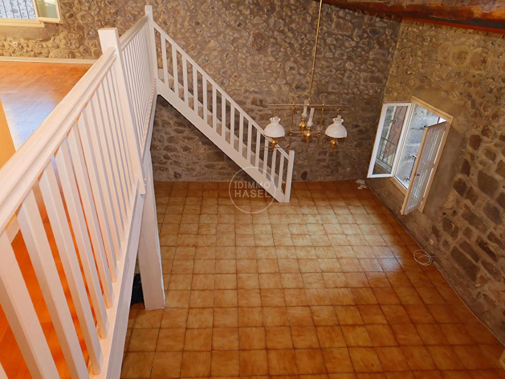 Maison traditionnelle en pierre de lave, beaux volumes, avec garage et mezzanine.Négociable!