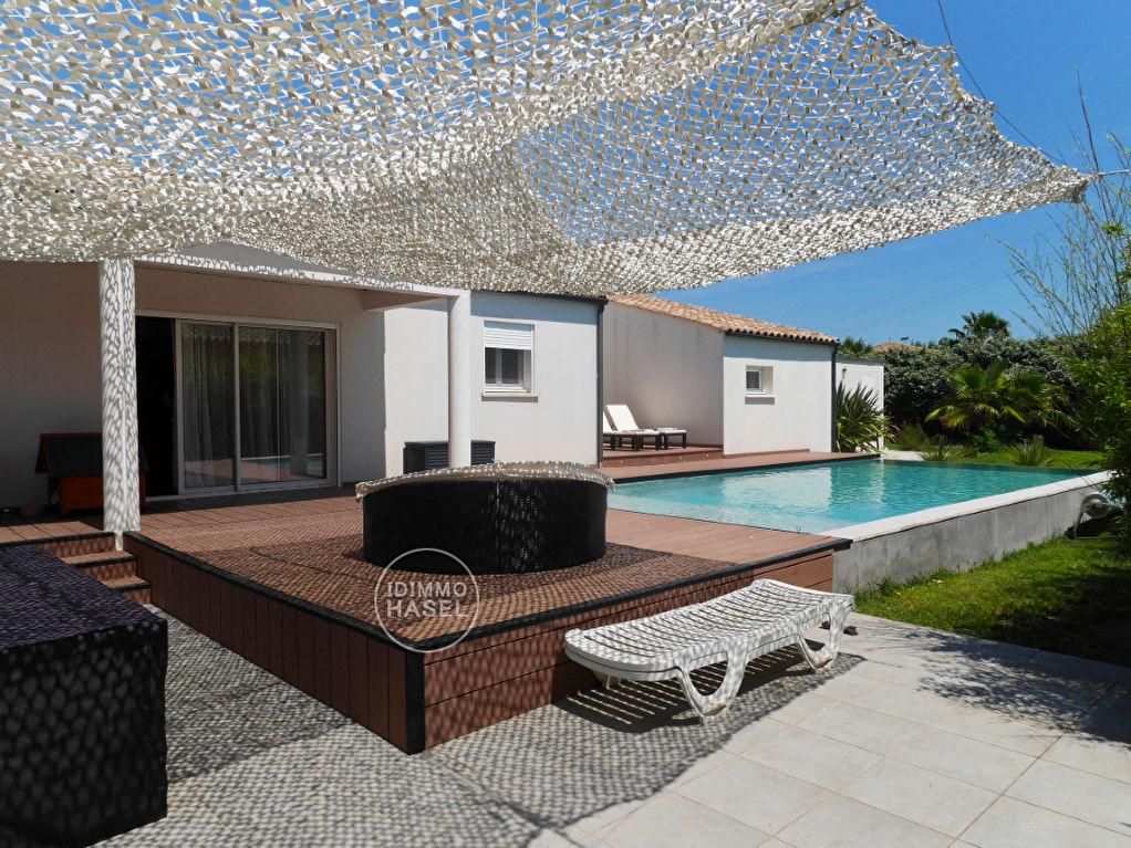 Villa d'architecte indépendante T6, plain-pied de 163 m², piscine à débordement.
