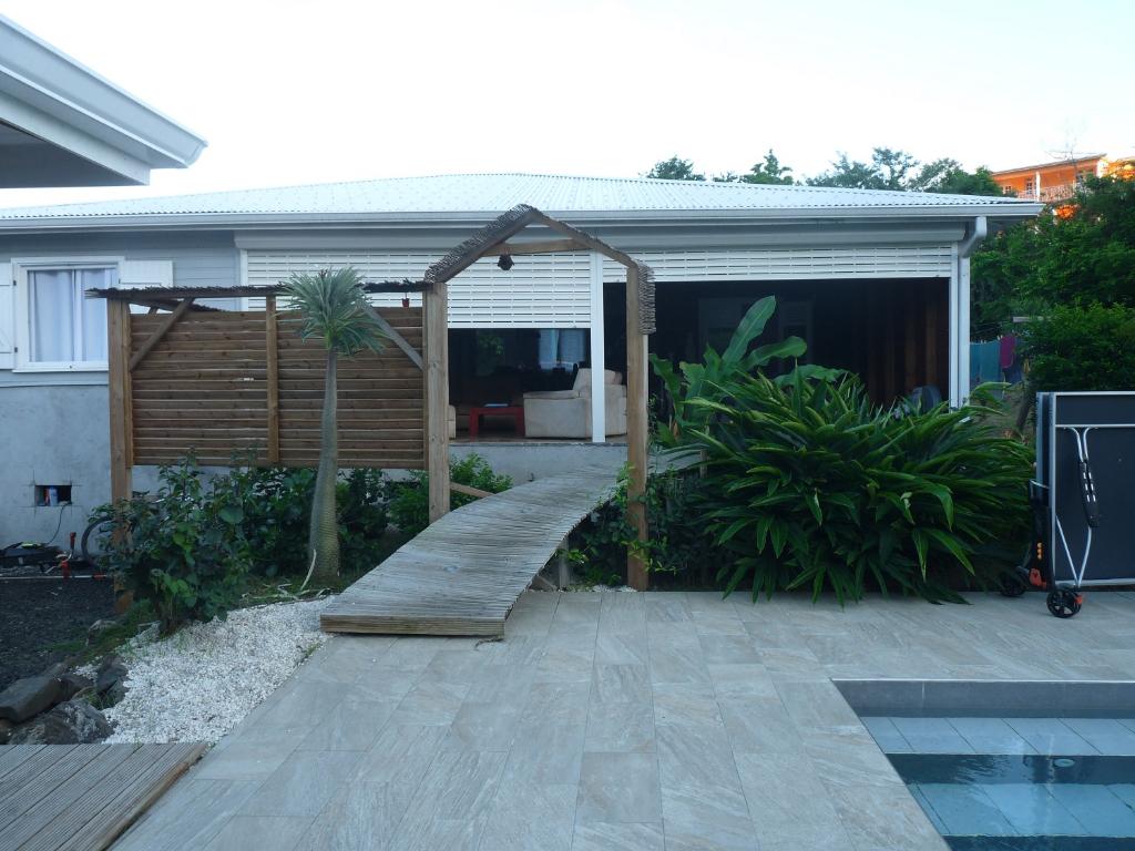 A saisir villa récente -piscine-bungalow et cabane secteur de Sainte-Anne