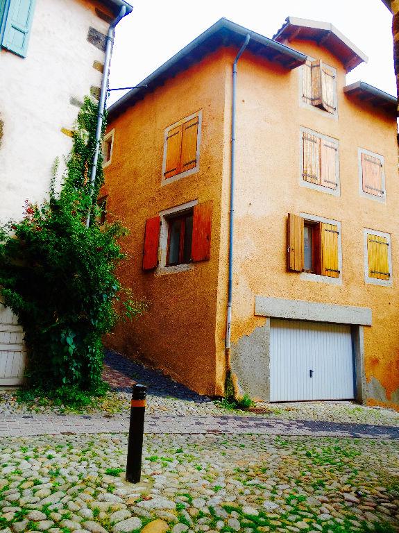 Hyper-centre, Quartier du Pouzarot, immeuble de 3 appartements, 1 garage, 2 places parking privé.