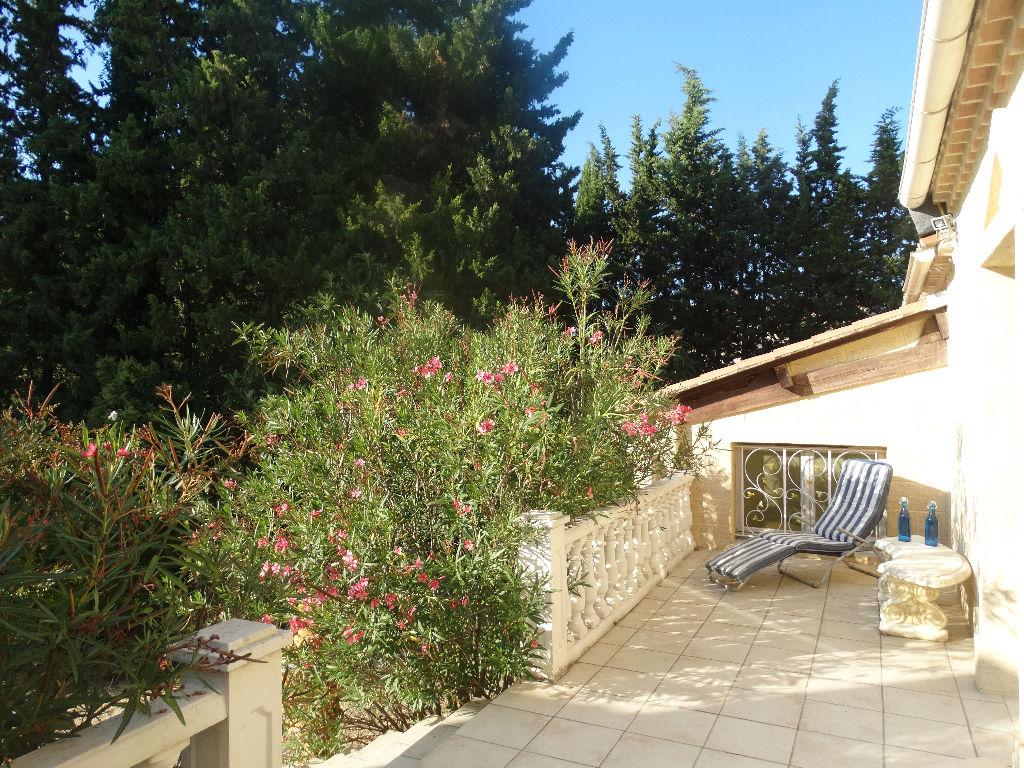 UZES, dans un parc arboré de 3000 m2, Maison années 70 rénovée en 2006, piscine, spa