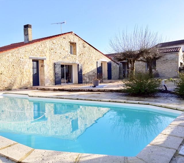 TRIZAY, Maison Charentaise avec belle piscine.