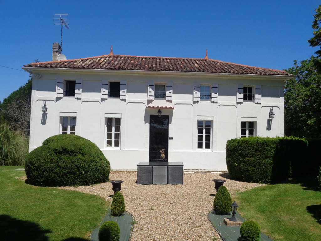 Demeure bouregeoise à moins de 100 kms de Bordeaux.
