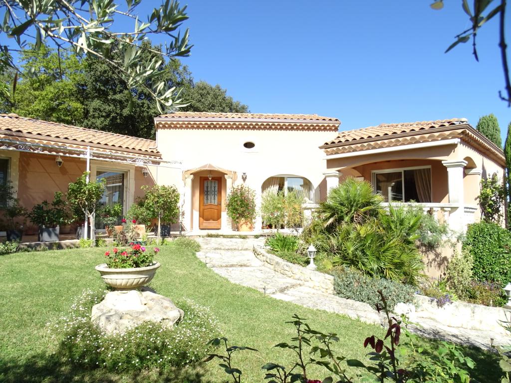 Villa 6 pièce(s) 140 m 2 habitable sur 1220 m² de terrain.