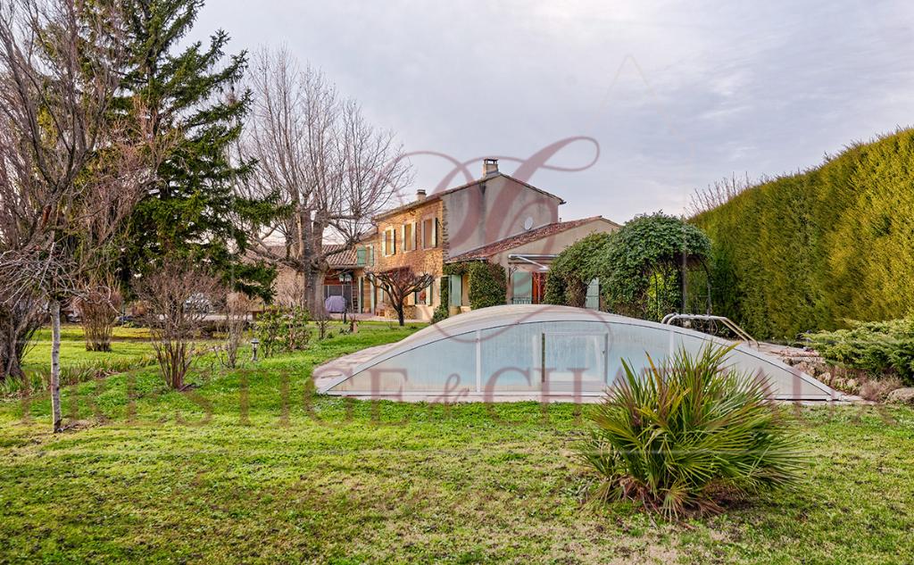 Mas 215 m2 sur terrain 5400 m² - 5 chambres, piscine et dépendance