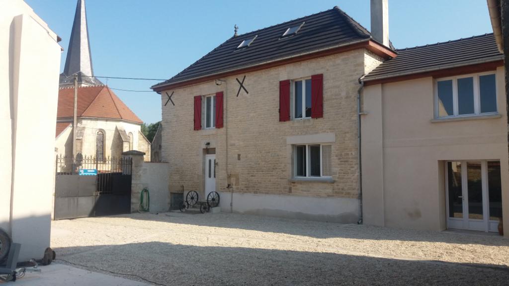 Maison de village  de 125 m²  ( possibilité de doubler la surface ) avec dépendances  et terrain clôt proche de Châtillon sur seine 21570