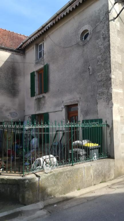Maison de village avec cour  de  80 m²  dans village avec commerces 21400 cote d'or axe Châtillon  Montbard