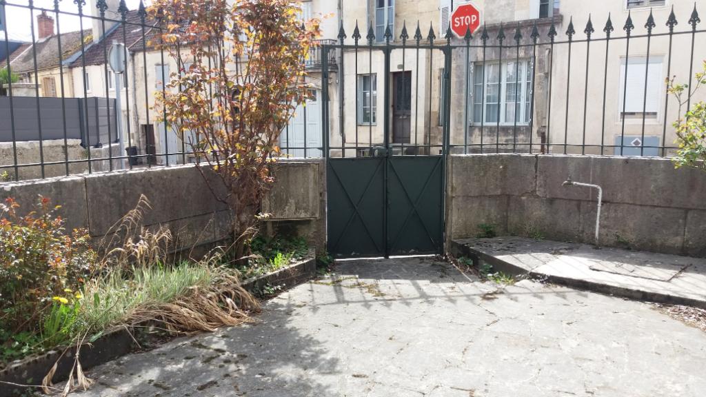 Maison proche du centre de  Châtillon sur seine 21400 cote d'or  à rafraîchir de 150m²  avec cour  et jardin a 10 mètres de 250 m²