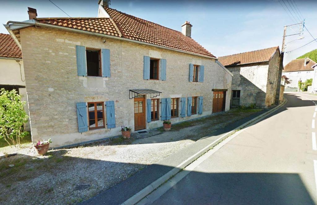 Corps de ferme de 180  m² avec dépendances  et 1700 m² de terrain  21510  minot  Cote  d'or..