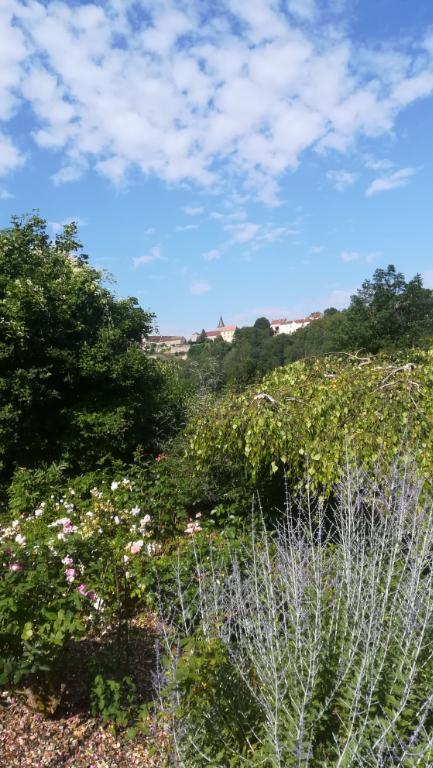 Maison  a  FROLOIS  21150  Cote d'or de 148 m² avec terrain clos arboré de 4000 m². Entièrement rénovée. Située dans un   village pittoresque de Côte-d'Or (région Bourgogne).