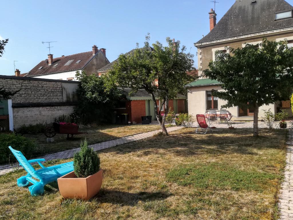 Maison de maître XIXe centre ville  21400 Châtillon sur seine  cote d'or avec terrain et dépendances.