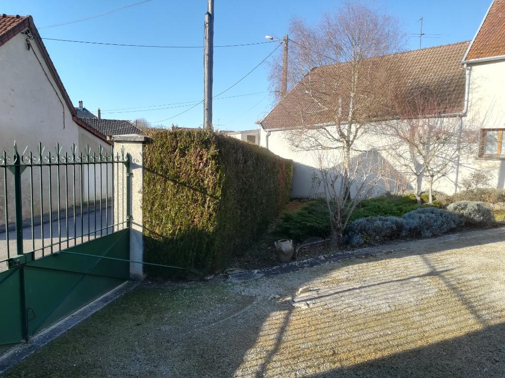 Grange aménageable avec parties habitation à rénover, terrain 1800 m² et cour close. 5 mn de Châtillon-sur-Seine (21400).