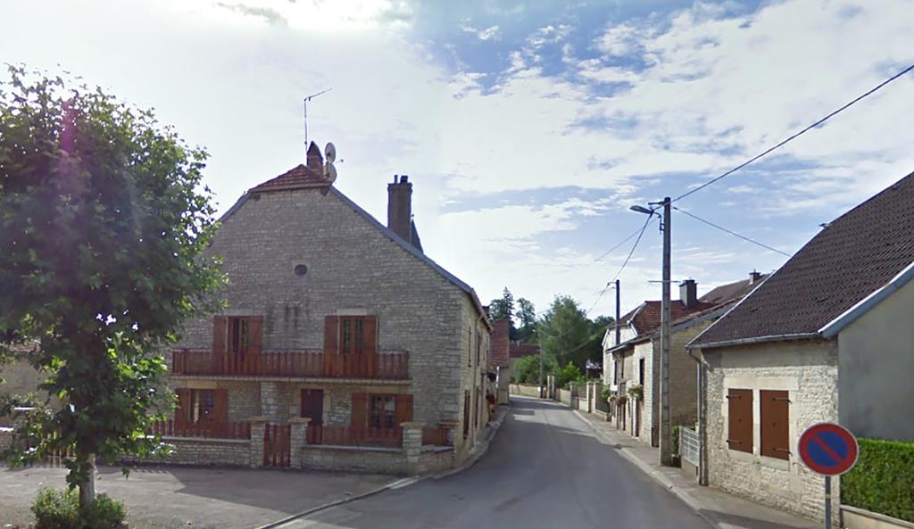 Cirfontaines-en-Azois (52). Haute marme . Maison de village 6 pièces avec terrain clos et grange sur 540 m²..