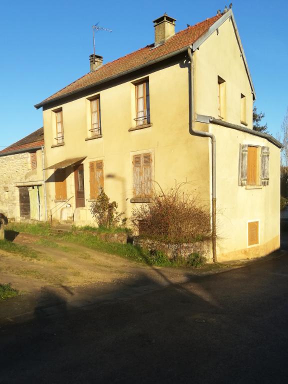 Sennevoy-Le-Haut (89) Maison 5 pièce(s) 80 m2 avec dépendance et terrain.