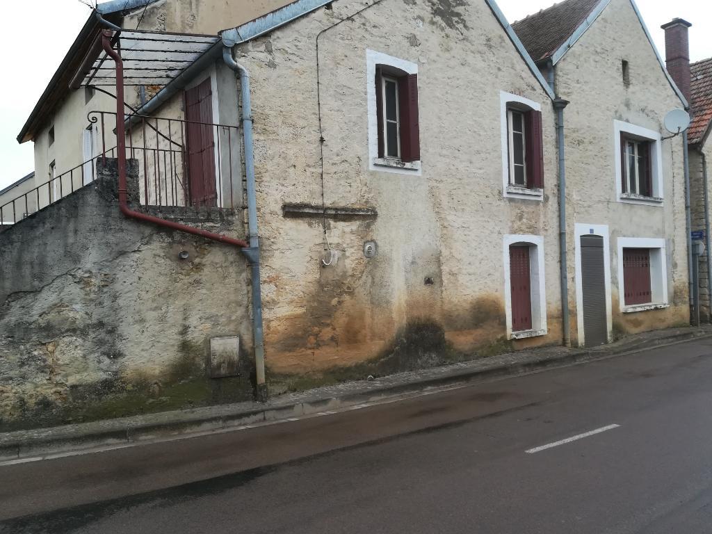 Sainte colombe sur seine 21400 cote d'or   une maison  avec travaux de 90 m² , cour commune et abris ouvert  et cave