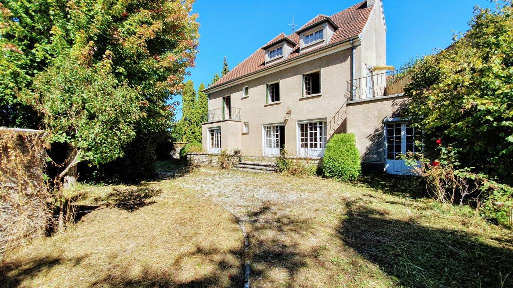 Laignes (21), maison bourgeoise 10 pièces (220 m²) avec terrain clos et dépendances.