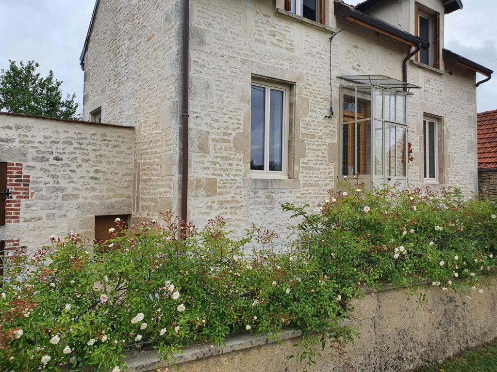 Maison de 70 m² rénovée entièrement avec terrain et dépendances, dans village pittoresque de Côte-d'Or (21).