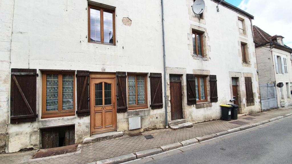 21400 Côte-d'Or- Centre-ville de Châtillon-sur-Seine, ensemble immobilier avec cour intérieure à rénover.