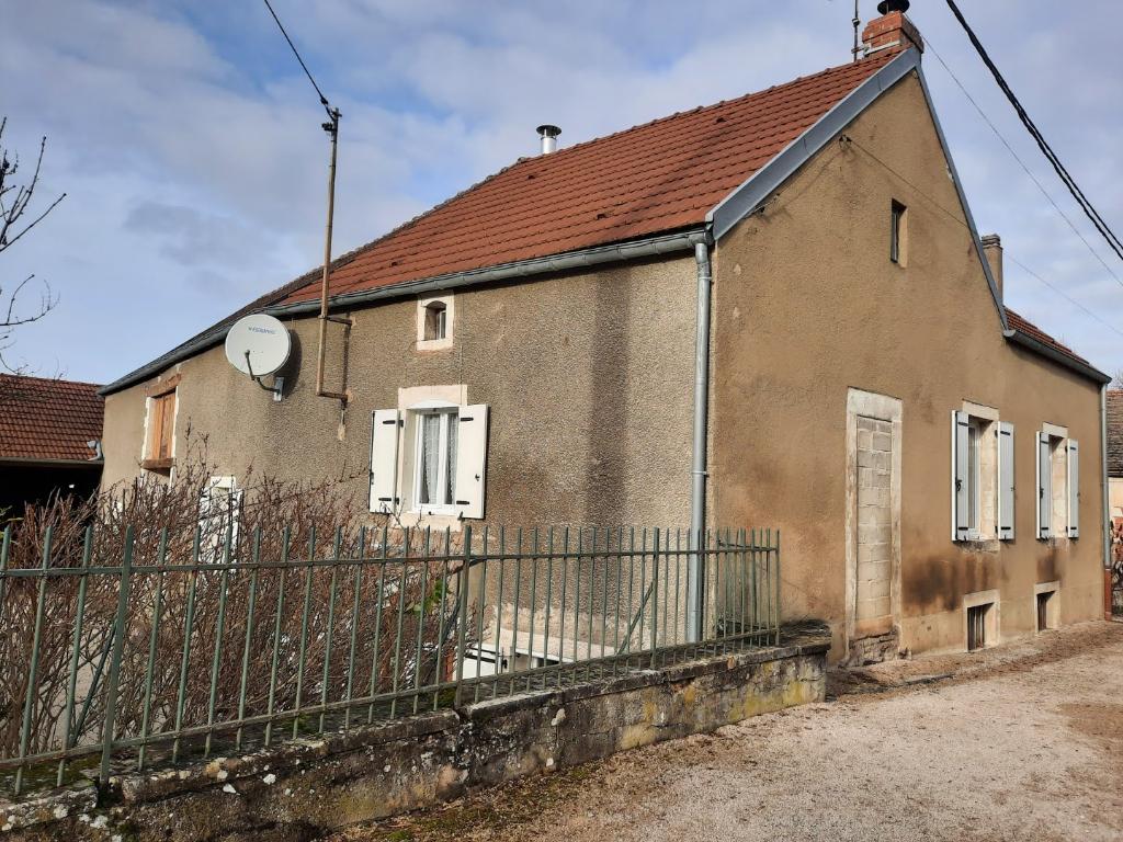 Maison de village 5 pièces (21400 Buncey), avec granges (garage), atelier et terrain attenant.