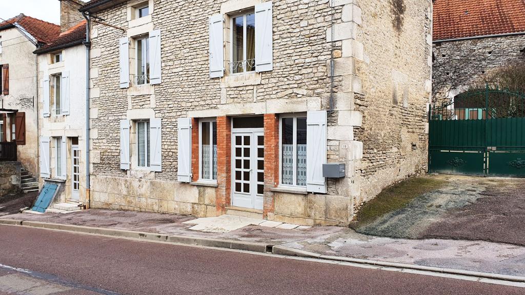 21290 Voulaines-les-Templiers (Côte-d'Or). Maison de village avec cour fermée, dépendances et garages.