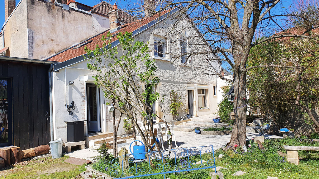 Châtillon-sur-Seine (21400 Côte-d'Or), Maison de 135 m², 6 pièces, 2 chambres avec terrain et dépendances.