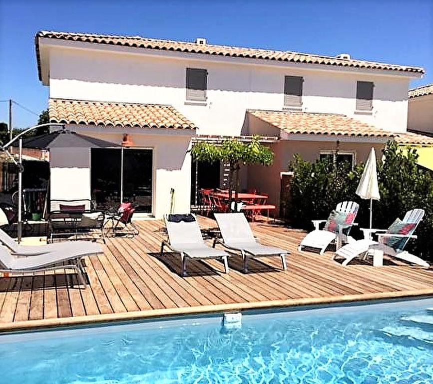 Jolie villa neuve avec piscine, au calme et très près du centre ville.