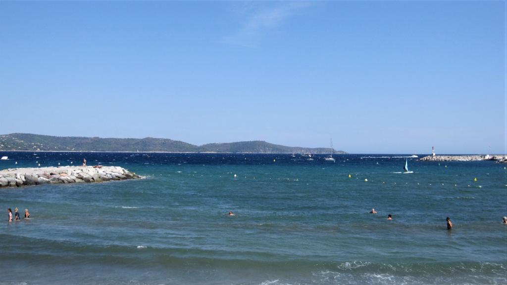 Cavalaire: rare, à 100m de la plage, T2 neuf avec terrasse, à 500m du centre ville.