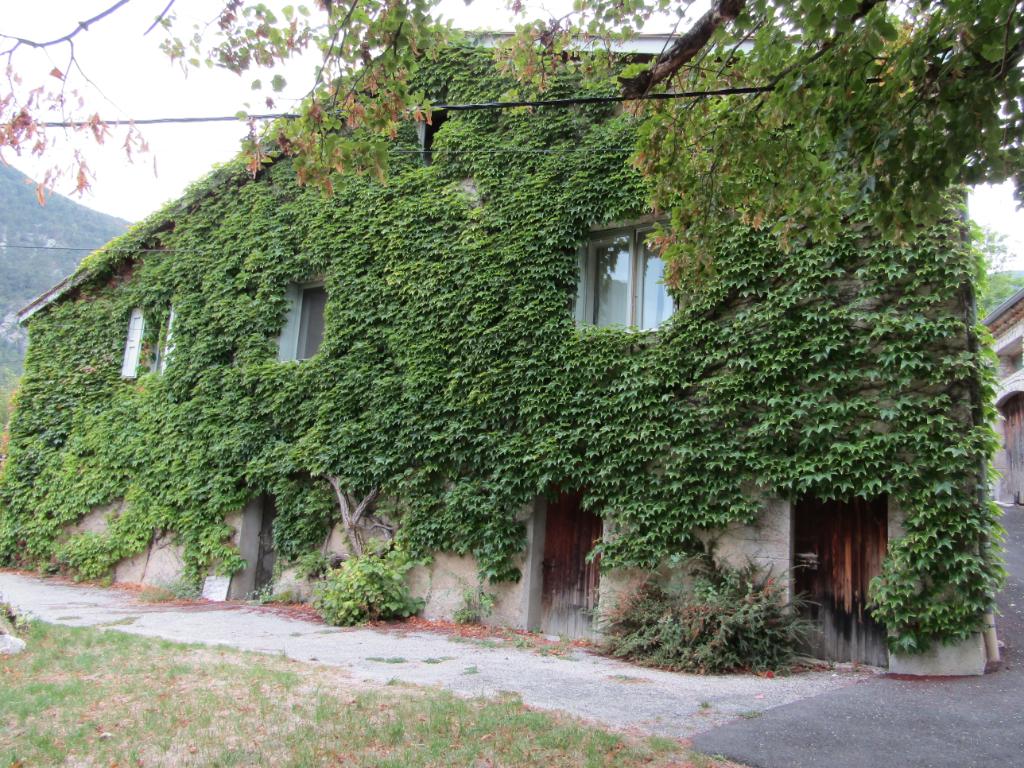 Maison de pays  état impeccable.  8 pièce(s) 140 m2 + terrain constructible de plus de 1800 m2. Contact : 0699425308