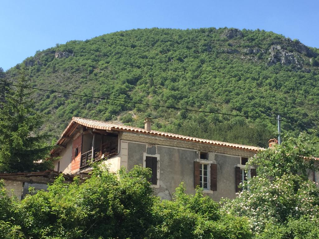 Maison de campagne en pierre à rénover de 180m2 + 4370m2 terrain le long d'une rivière proche de Rémuzat 0668368774