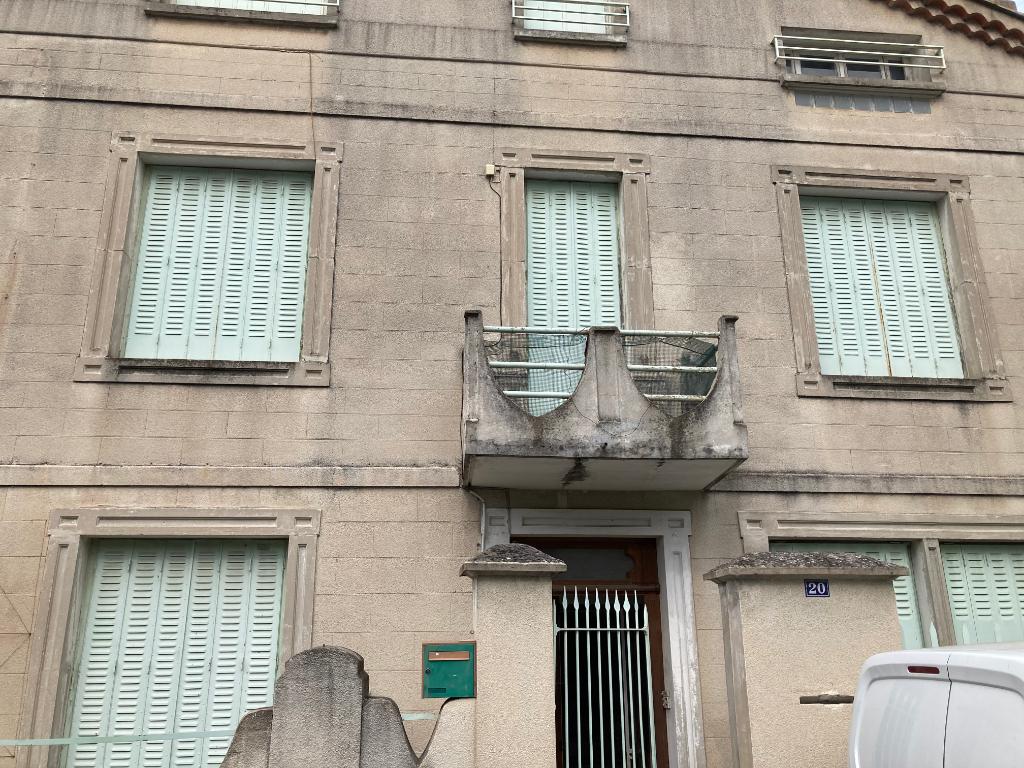 Appartement spacieux centre de Nyons  de 84 m2 à rafraichir avec terrasse au calme 0668368774