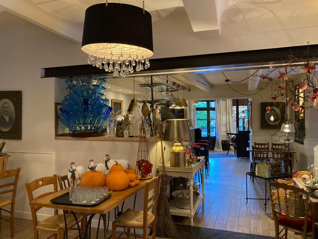 En plein coeur d'un village touristique et ses thermes à Montbrun Les Bains, vend fond de commerce dans un très coquet hôtel restaurant, Annie 0668368774