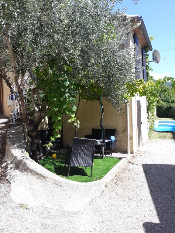 A Rousset Les Vignes, coquette petite Maison de village sur 2 niveaux de 33m2 et son joli petit jardinet de 12m2, Annie 0668368774