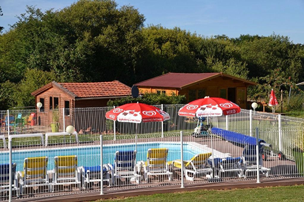 Petit domaine de vacances / camping avec Lodge tentes et piscine chauffée.