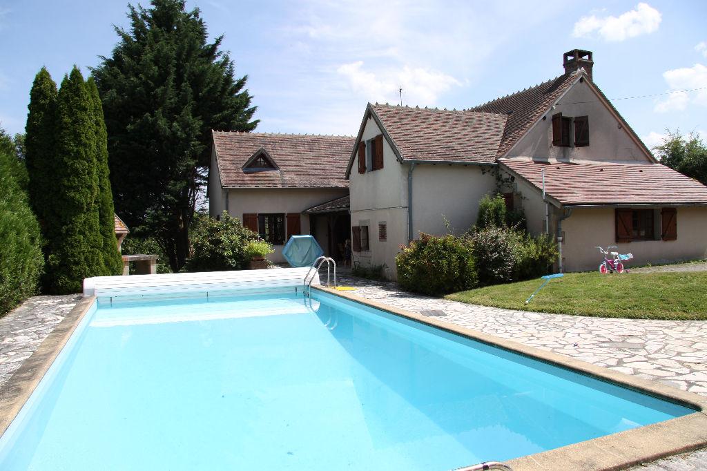 Cerilly  Maison spacieux avec piscine chauffée sur terrain de 2699m²