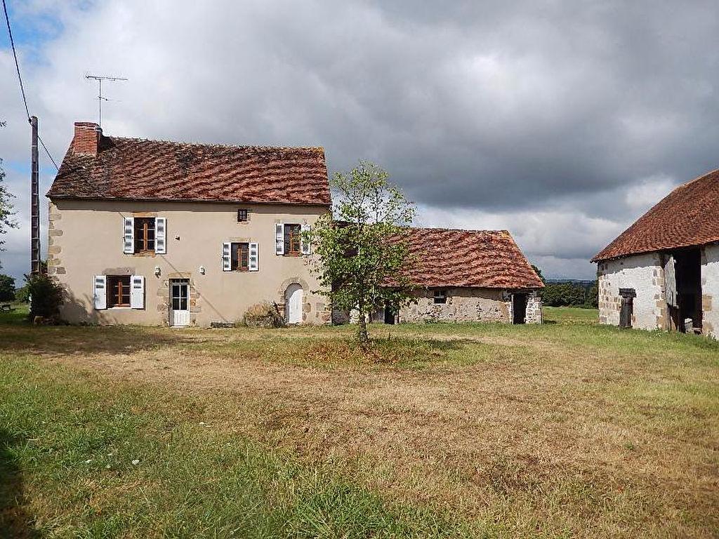 Ygrande- Maison de caractère, gite et granges autour d'une cour carrée, sur un terrain de 1.26 ha avec un plan d'eau