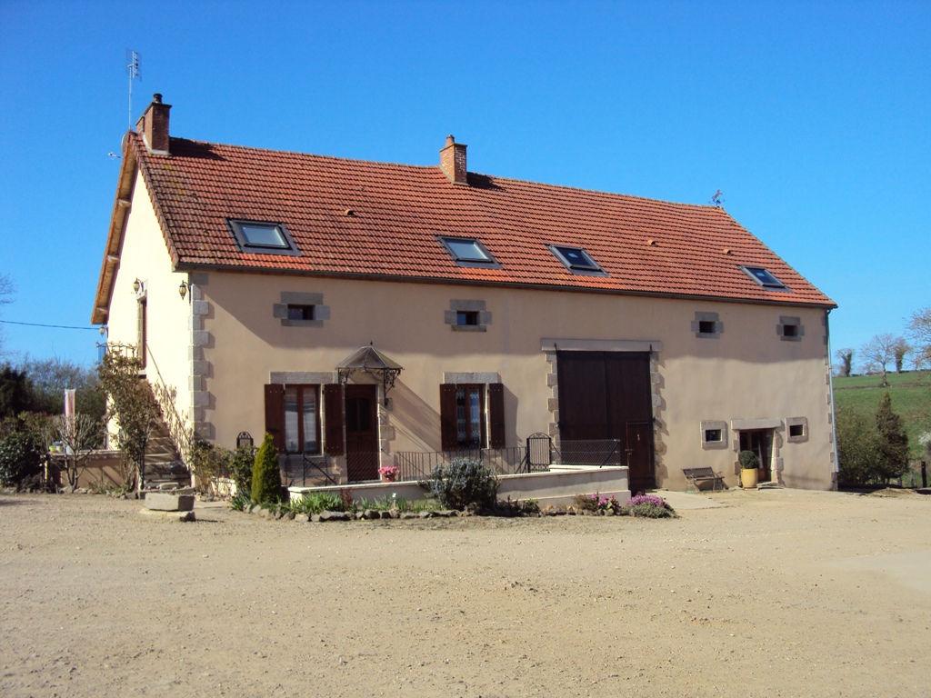 St Priest et Murat-  Maison spacieuse avec emplacement magnifique, trois grandes granges, étang privé sur terrain de 5,6 hectares.