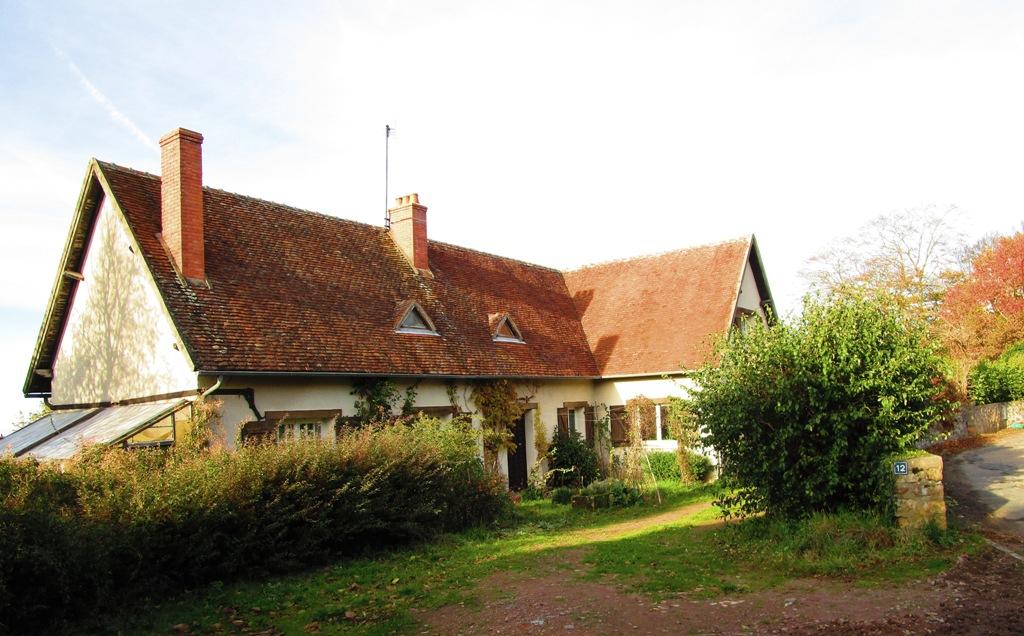 Cerilly - Maison de famille à la périphérie du village avec une vue dégagée, sur une superficie de 1ha.