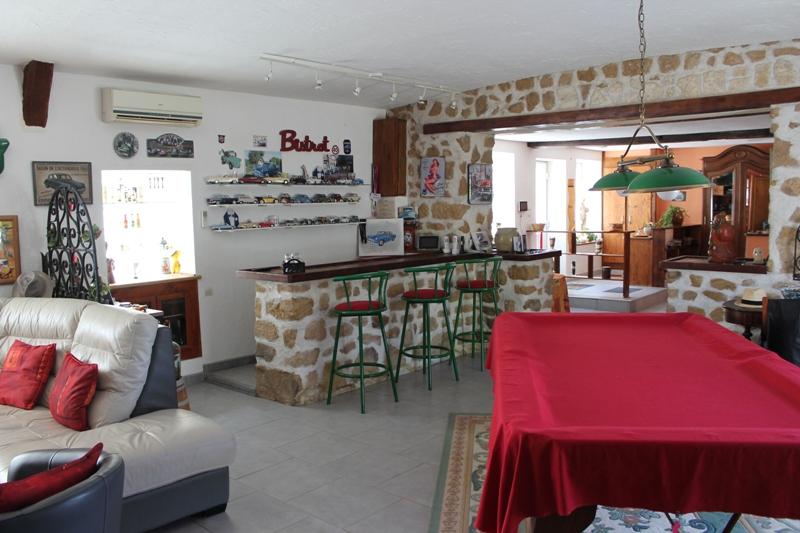 Saint Hilaire - Spacieuse maison surprenante avec plusieurs dépendances, garage en bordure de forêt.