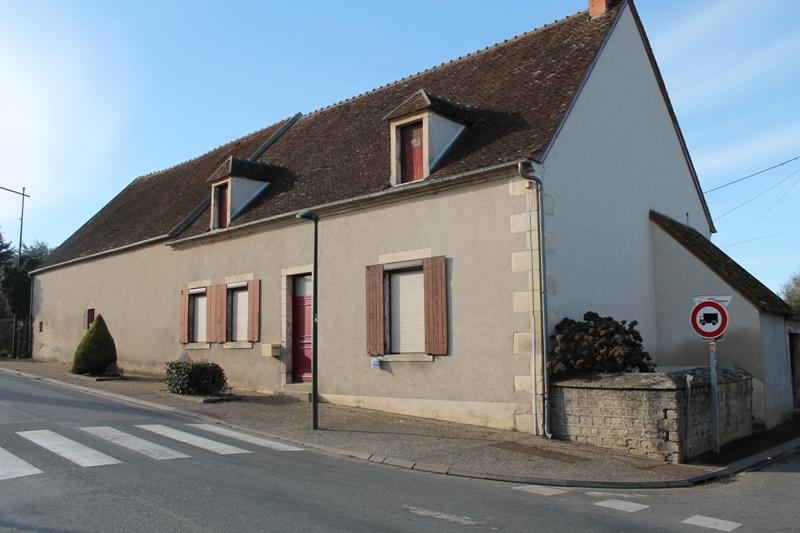 Orval - Une ancienne fermette  avec une deuxième maison et plusieurs granges dans le village.